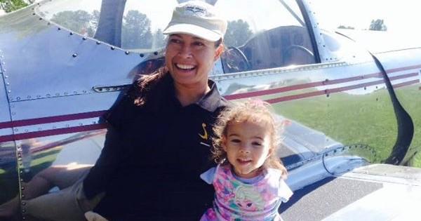 ילדה בת 3 וטייסת שנולדו ללא ידיים נפגשות לראשונה