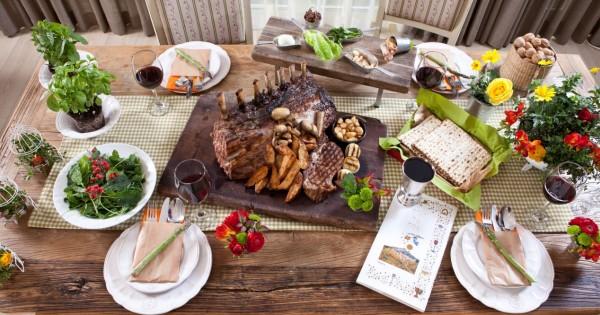 מארחים בפסח: עיצוב שולחן כפרי ומתכון לארוחת חג