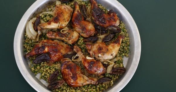 עוף בטריאקי ודבש מוגש עם פריקי עשבים