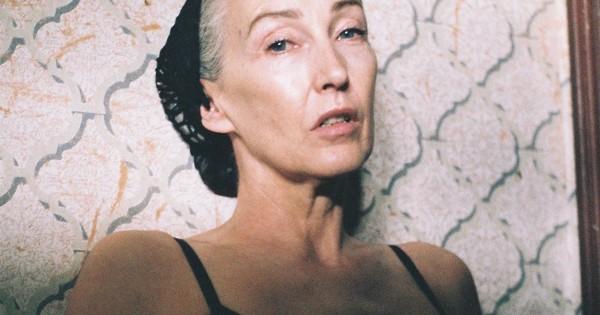 דוגמנית בת 56 מובילה קמפיין להלבשה תחתונה