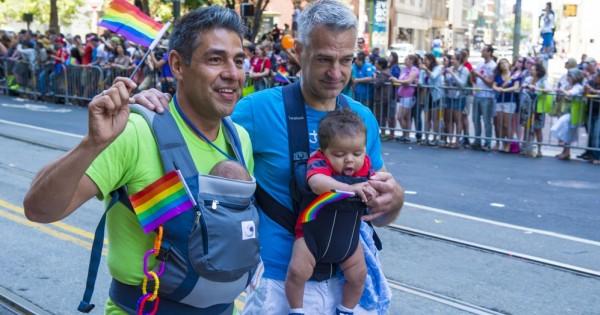 המדינה מתנגדת לאימוץ ילדים של זוגות חד מיניים
