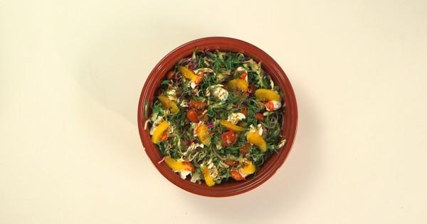 סלט כרוב פיקנטי עם עגבניות שרי, תרד ותפוזים ברוטב רימוני