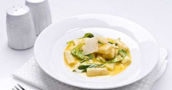 מתכון לניוקי בחמאה, צנוברים, תרד ופרמזן