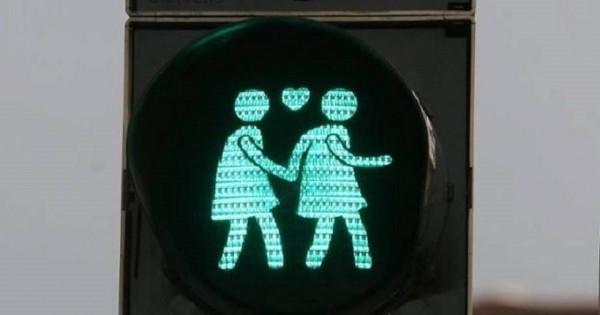 הרמזורים בווינה נותנים אור ירוק לזוגות חד מיניים