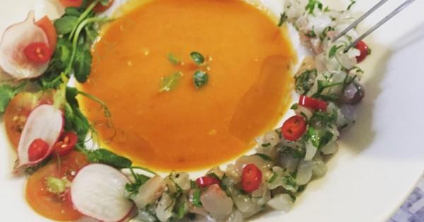 סביצ'ה דג ים על גספצ'ו עגבניות שרי וסלטון צנונית ועלים ירוקים