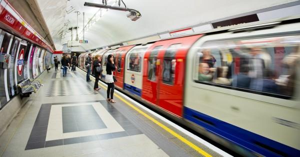 לונדון: כרטיסים נגד שמנים חולקו ברכבת התחתית