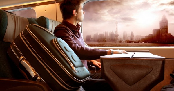 טסים לחופשה: הוא במחלקת עסקים, היא במחלקת תיירים