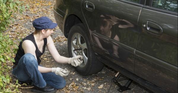 אין שום סיבה שאישה לא תדע להחליף גלגל ברכב