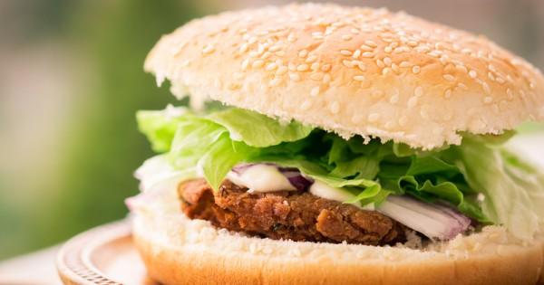 האם תחליפי בשר צמחיים יותר בריאים מבשר מעובד?