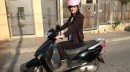 כן, אני בהריון ונוהגת על קטנוע