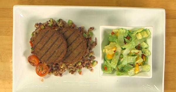 מנגל צמחוני: המבורגר מן הצומח על מצע אורז מוקפץ עם סלט חסה ופלפלים