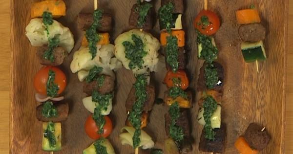 מנגל צמחוני: שיפודי קבב מן הצומח עם ירקות צלויים