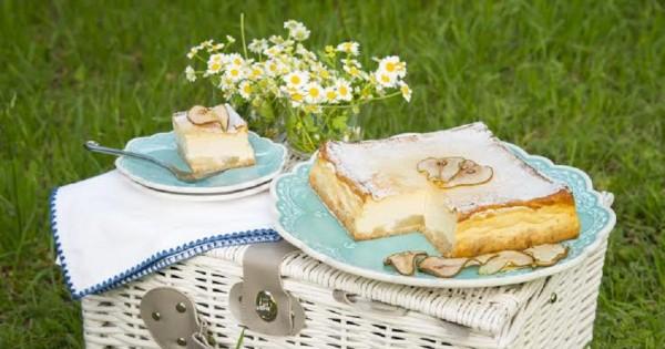עוגת גבינה אפויה עם אגסים ביין לבן