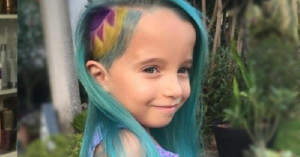 אמא צבעה את השיער של ילדתה בת ה-6 בכחול וזכתה לביקורת נסערת ברשת