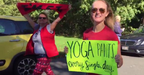 מחאת מכנסי היוגה: התגובה הגאונית של קבוצת נשים לסקסיזם
