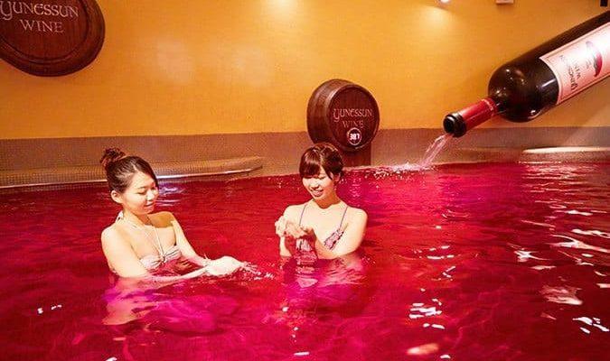 לאכול בכלא, להתקלח ביין: 7 חוויות מטורפות שאפשר לעבור רק בטוקיו
