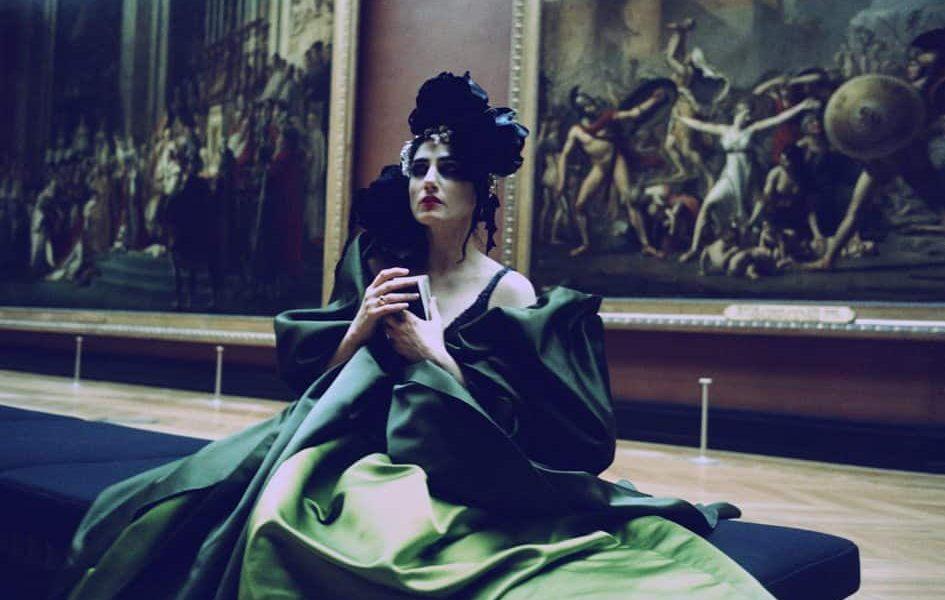 רונית אלקבץ כאייקון אופנה: הצצה לארון הבגדים של המוזה