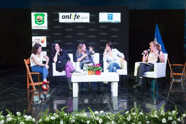 """הנשים של """"חברות"""" על הבמה עם לינוי בר גפן. צילום: בני גם זו לטובה"""