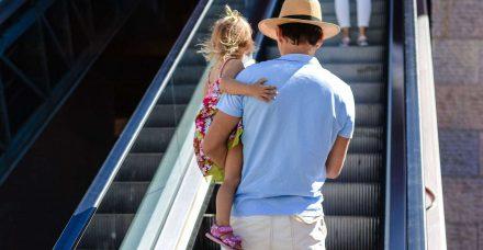 האם לאבא מותר לקחת את הילדה שלו לשירותי נשים?