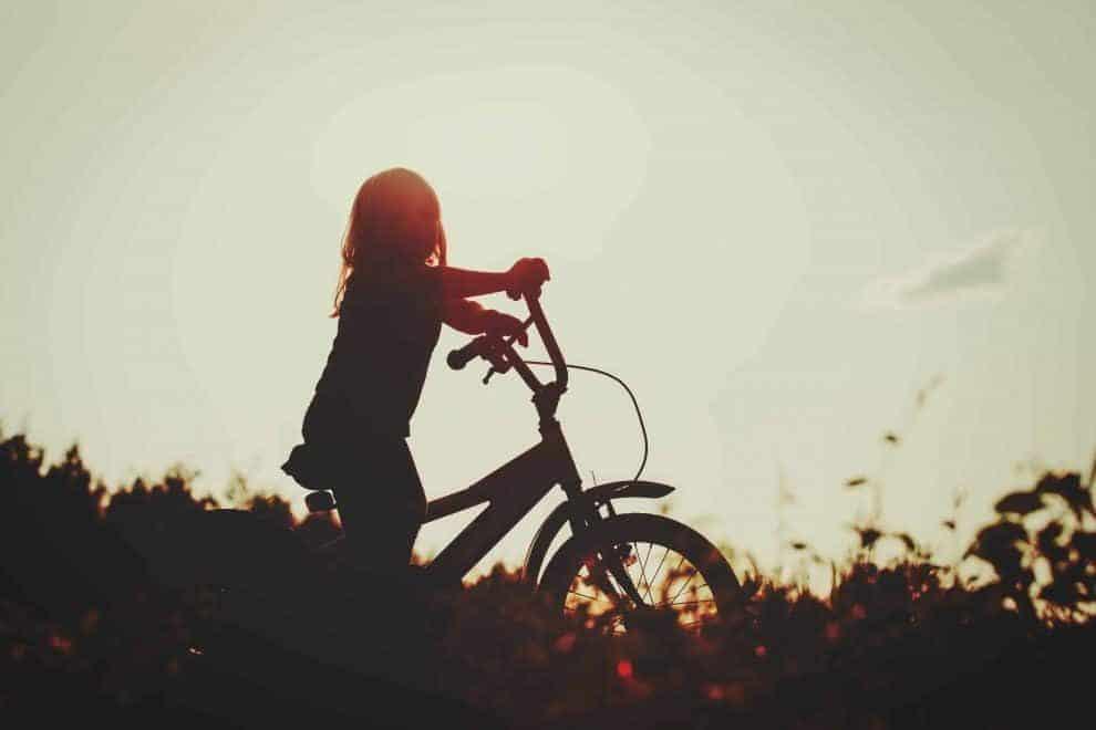 לאפשר לצאת לבד או לא לאפשר? צילום shutterstock
