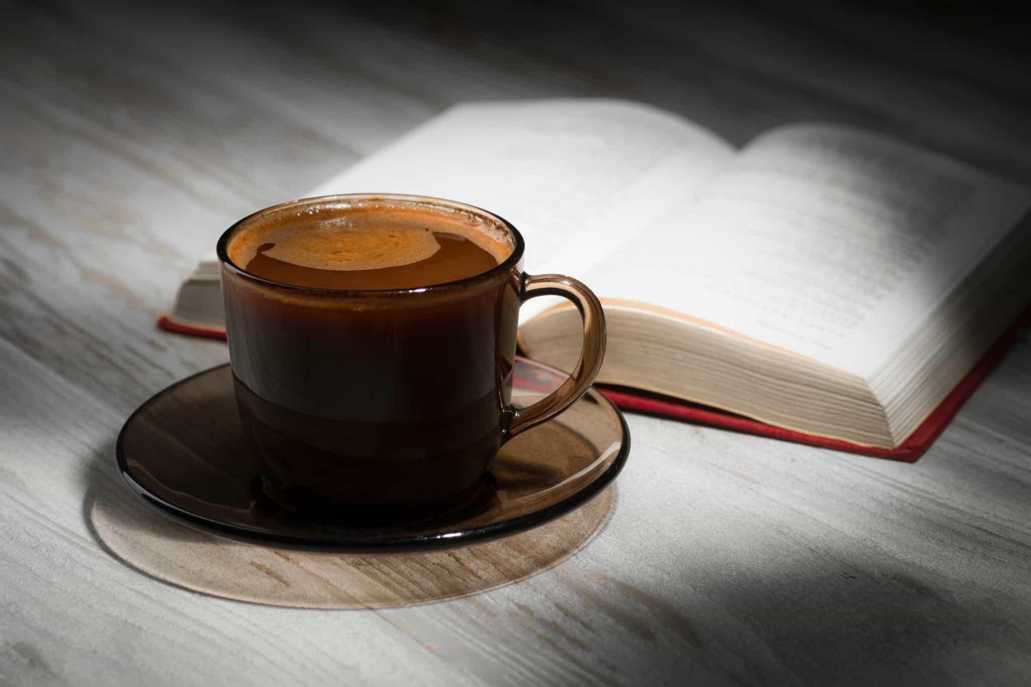 קפה עם הספר? צילום shutterstock