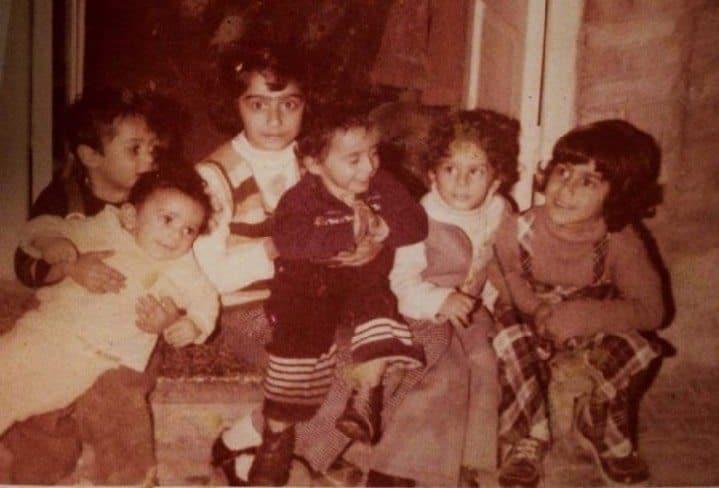 שירלי שמסיאן עם בני הדודים באיראן. שלישית מימין