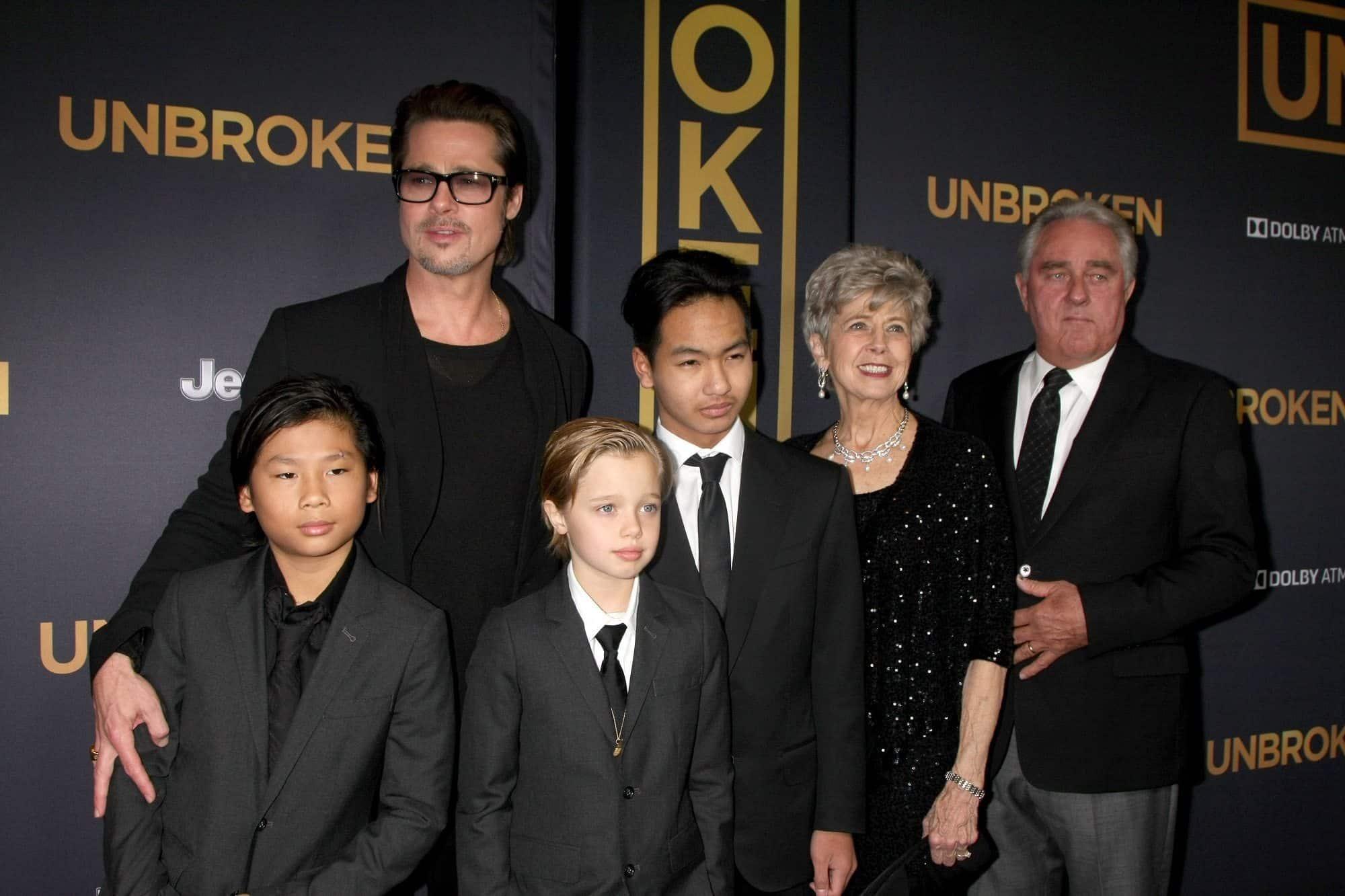 """בראד פיט עם הוריו ו""""הבנים"""""""