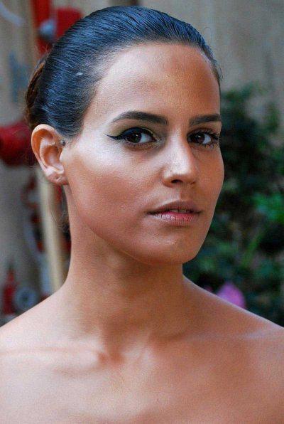 מניחים בסיס איפור בגוון העור. מאפרים עין אחת בלבד בסגנון הרצוי (בתצלום איפור עיניים עדין עם איילינר בגוון שחור).