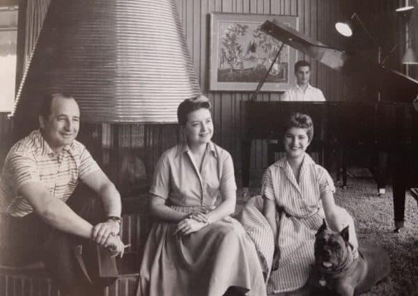 משמאל לימין: אליוט, רות, ברברה וקנת' הנדלר בביתם, שנות השישים