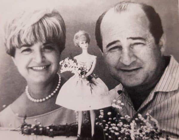 """רות ואליוט הנדלר יחד עם """"בתם"""" ברבי בשנת 1961"""