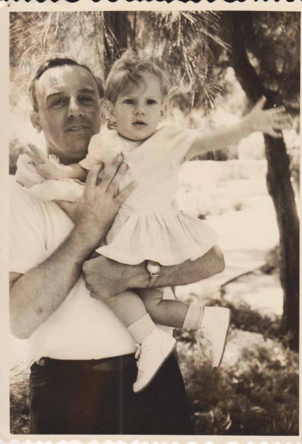 """הסופרת שלומית הרטהיימר ואביה ליאון ז""""ל, מהאלבום המשפחתי"""
