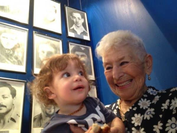 לילי עם דור ההמשך - הנין הבכור על רקע תמונת הזיכרון של דב בבסיס רמת דוד