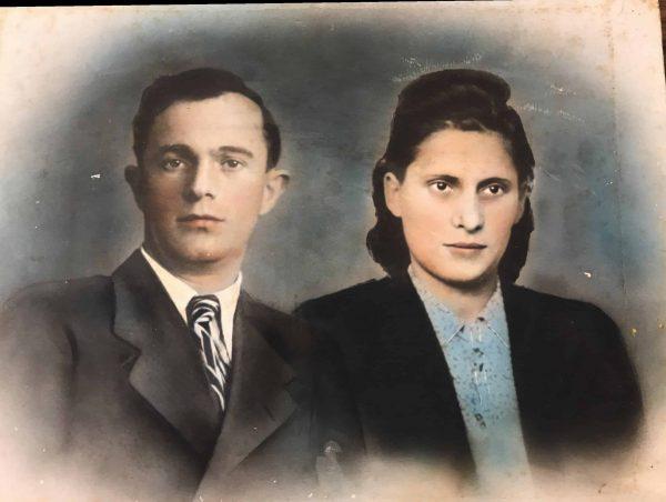 """נותרו לבד. בלומה וחיים אלוני ז""""ל. תמונה שצולמה בחיפה, אחרי המלחמה."""