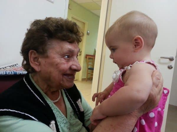 חברות אמת בהפרש של 90 שנים. סבתא בלומה והנינה תותי (ענת) כריסי.