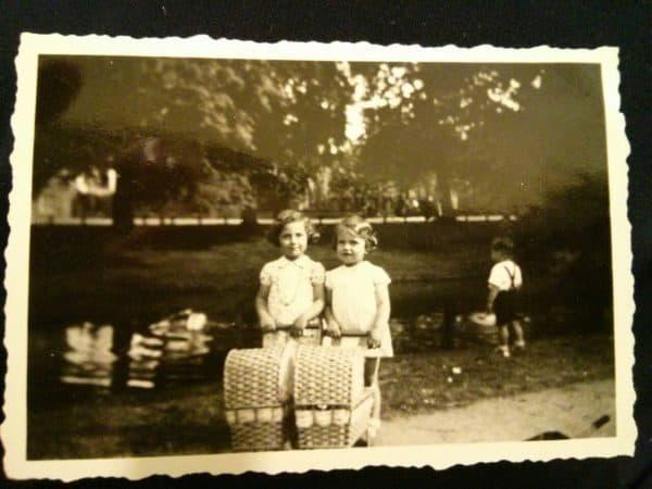 שפרה עמנואל (דה האס) ואחותה מירט. בזמן המלחמה הן חילקו בעגלות לחם ליהודים שהתחבאו