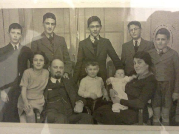 תמונה משפחתית. ברוך (ברנד) עמנואל משמאל