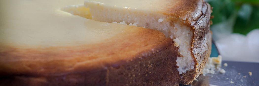 חתיכת עוגת גבינה אפויה