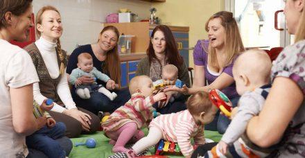 הורות קהילתית: 5 דרכים בהן הורים אחרים יכולים לעזור לכם עם גידול הילדים