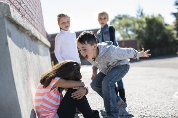מי שסובל הם כל הנערים אבל בעיקר אלו שבשוליים וכמובן- כל הנערות. צילום: shutterstock