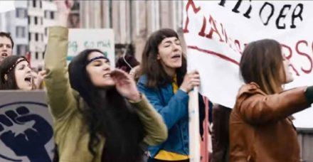 ביקורת סרט 'עושות סדר': כשאת רוצה לקחת את ביתך לסרט