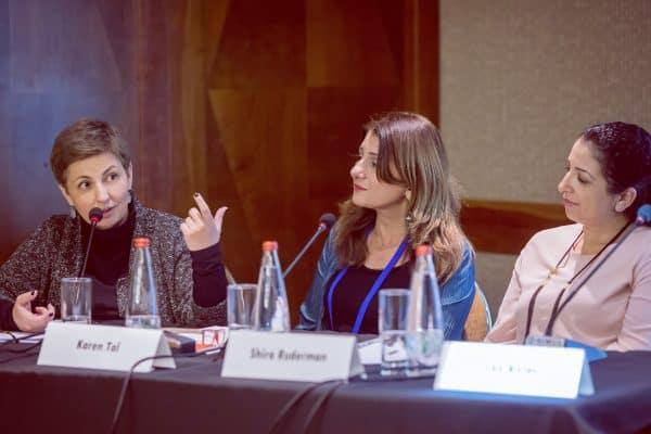 """סאנה בריטבסקי בכנס JFN ולצידה קרן טל, מנכ""""לית ארגון תובנות חינוך, ושירה רודמן מנכ""""לית קרן רודרמן. צילום: נטשה קופרמן"""