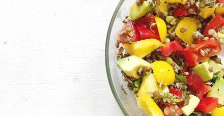 סלט ירקות עם עדשים שחורות ותפוח