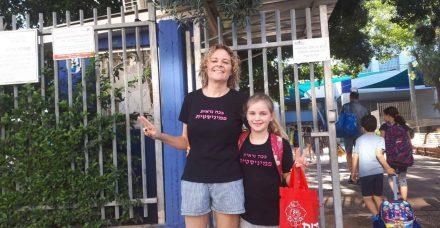 אם ובת לובשות מכנסיים קצרים לבית הספר: ככה נלחמות במסדרי הצניעות של מערכת החינוך
