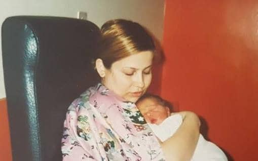 מרינה קיגל והבן, איתי, במהלך ניסיונות ההנקה המרובים, 2003