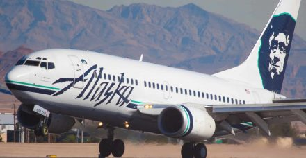 חברת תעופה אילצה זוג גייז לפנות את המושבים שלהם עבור זוג סטרייטים