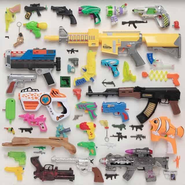 צעצועיזם. אוסף האקדחים והצעצועים שלי. עבודה של טל צ'צקס