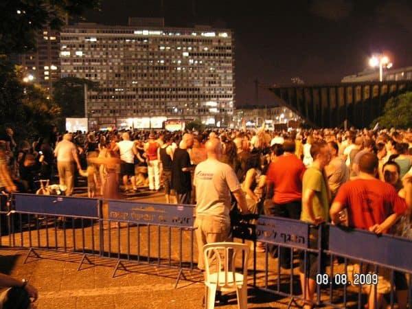 בכיכר התמוטטתי. העצרת בכיכר רבין לאחר הרצח. צילום: ויקיפדיה