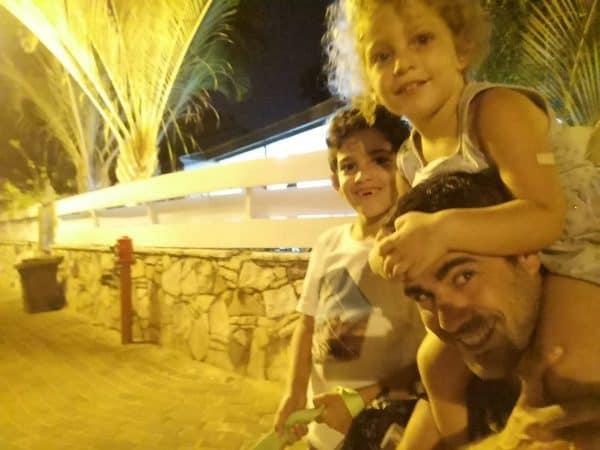 רועי ווסט עם שני ילדיו