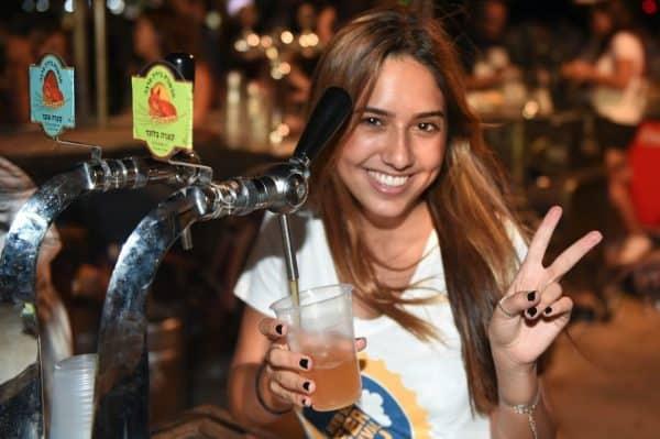 פסטיבל בירה באילת מוזגים בפסטיבל. צילום: יהודה בן יתח