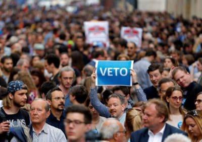 הפגנה נגד לימודי מגדר בהונגריה. גם גברים מפגינים. צילום: REUTERS/Laszlo Balogh
